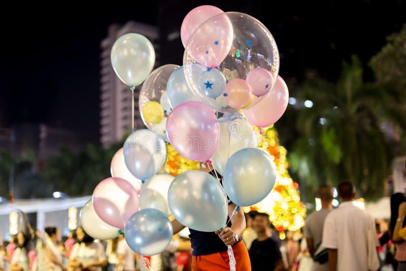Mulher que guarda o balão com texto do aniversário nele foto de stock