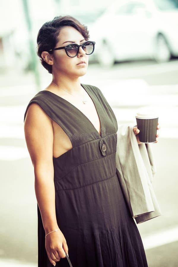 Mulher que guarda o café foto de stock royalty free