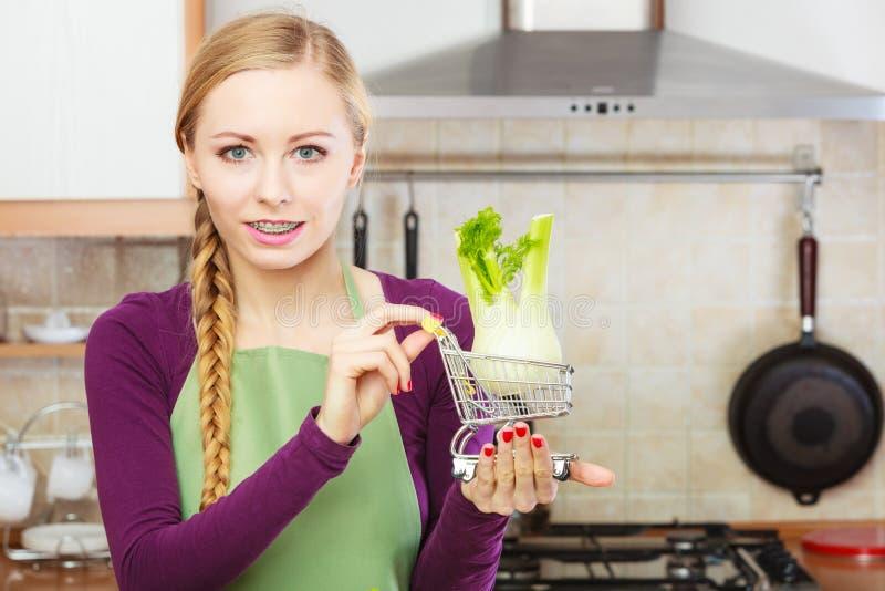 Download Mulher Que Guarda O Carrinho De Compras Com Erva-doce Para Dentro Imagem de Stock - Imagem de cozinha, saudável: 107525151