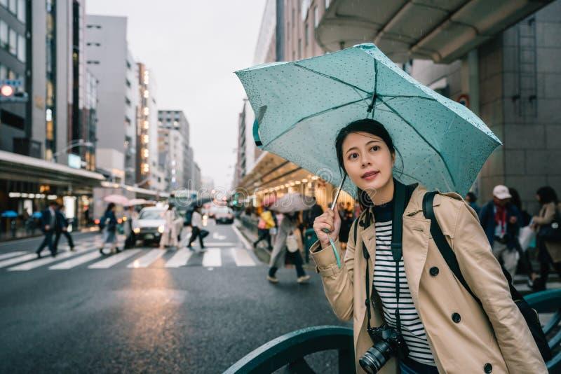Mulher que guarda o guarda-chuva no dia chuvoso imagem de stock
