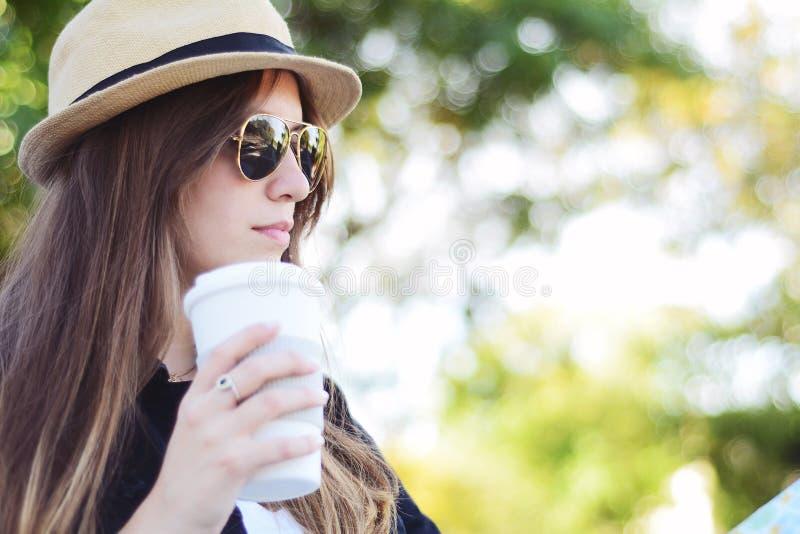 Mulher que guarda o copo de café de papel na rua imagem de stock royalty free
