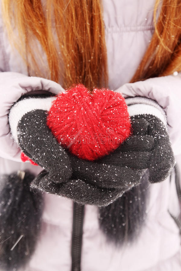 Mulher que guarda o coração vermelho fotografia de stock