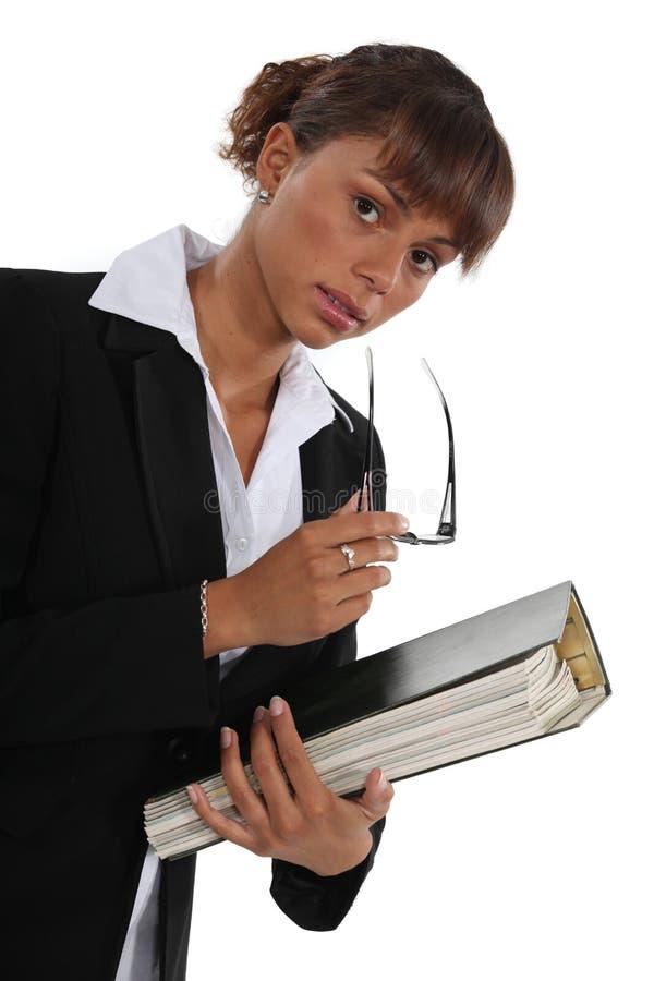 Mulher que guarda o dobrador foto de stock