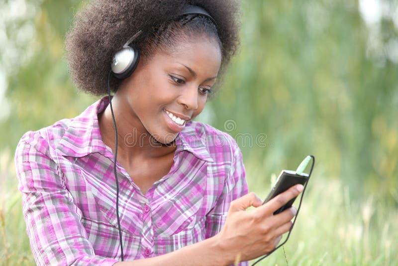 Mulher que guarda o jogador de música digital foto de stock royalty free