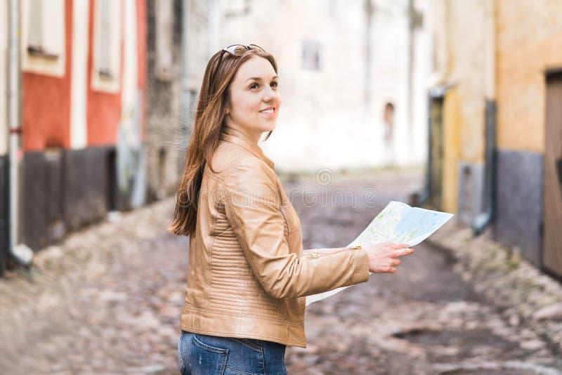 Mulher que guarda o mapa na rua da cidade ou na cidade velha imagens de stock royalty free