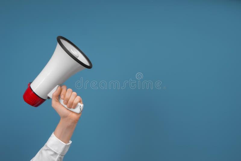 Mulher que guarda o megafone no fundo da cor fotos de stock