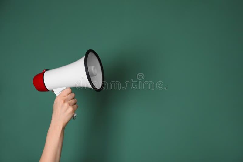 Mulher que guarda o megafone no fundo da cor foto de stock royalty free