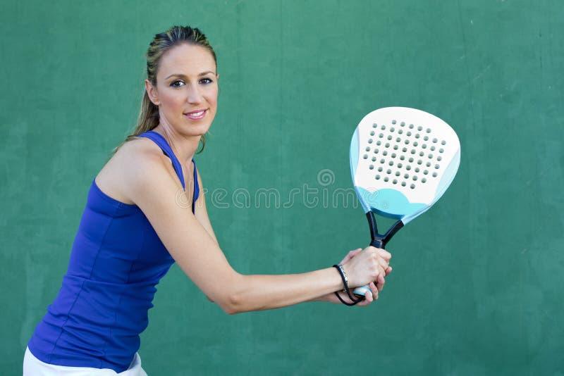Mulher que guarda o paddleball da raquete e que espera a bola sportswoman imagens de stock