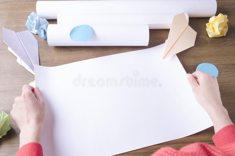 Mulher que guarda o papel vazio, papel amarrotado, aviões de papel como um símbolo da partida Conceito de fazer o plano da partid foto de stock royalty free