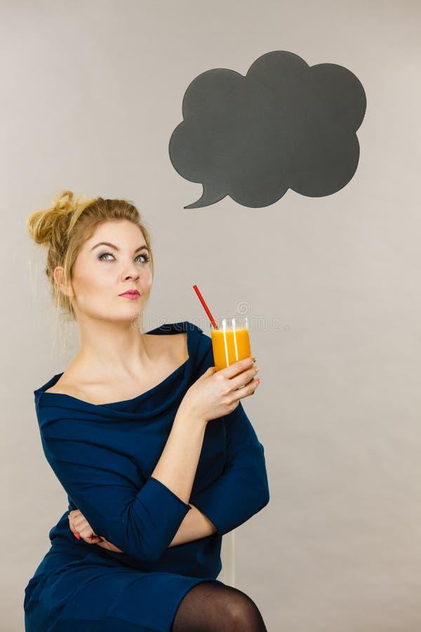 Mulher que guarda o suco de laranja fresco fotografia de stock