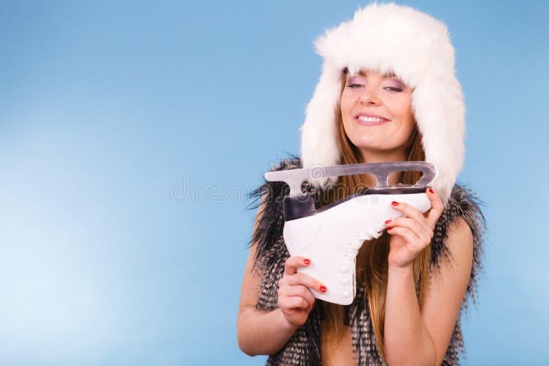 Mulher que guarda patins de gelo, esporte de inverno imagem de stock
