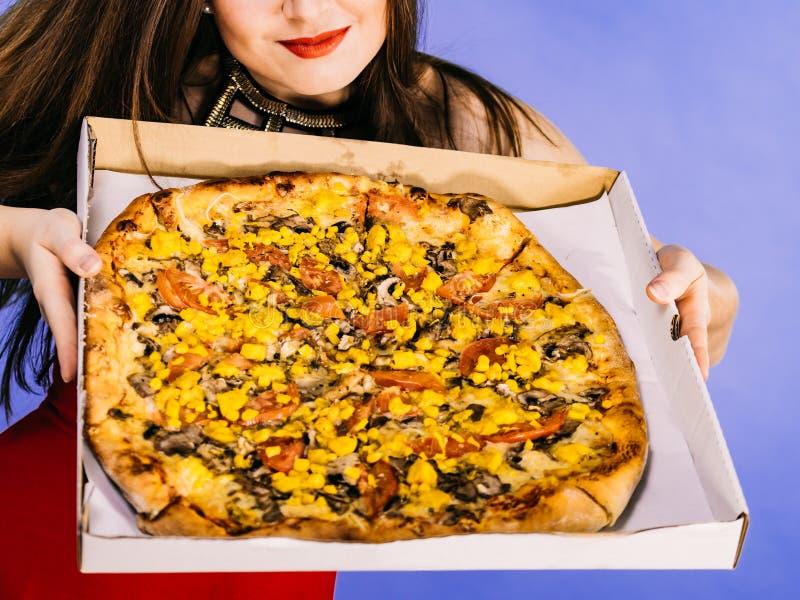 Mulher que guarda a pizza grande na caixa imagem de stock