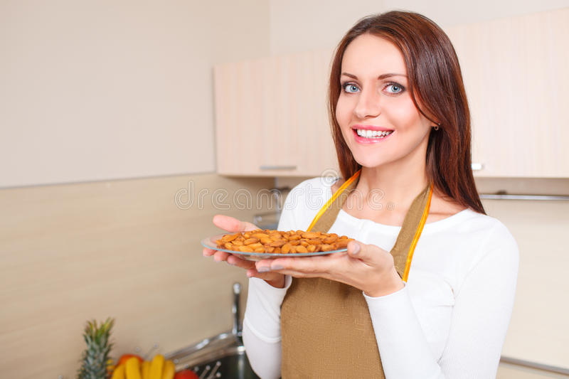 Mulher que guarda a placa com alimentos saudáveis fotos de stock royalty free