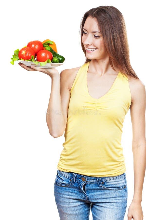 Mulher que guarda a placa de legumes frescos imagem de stock royalty free