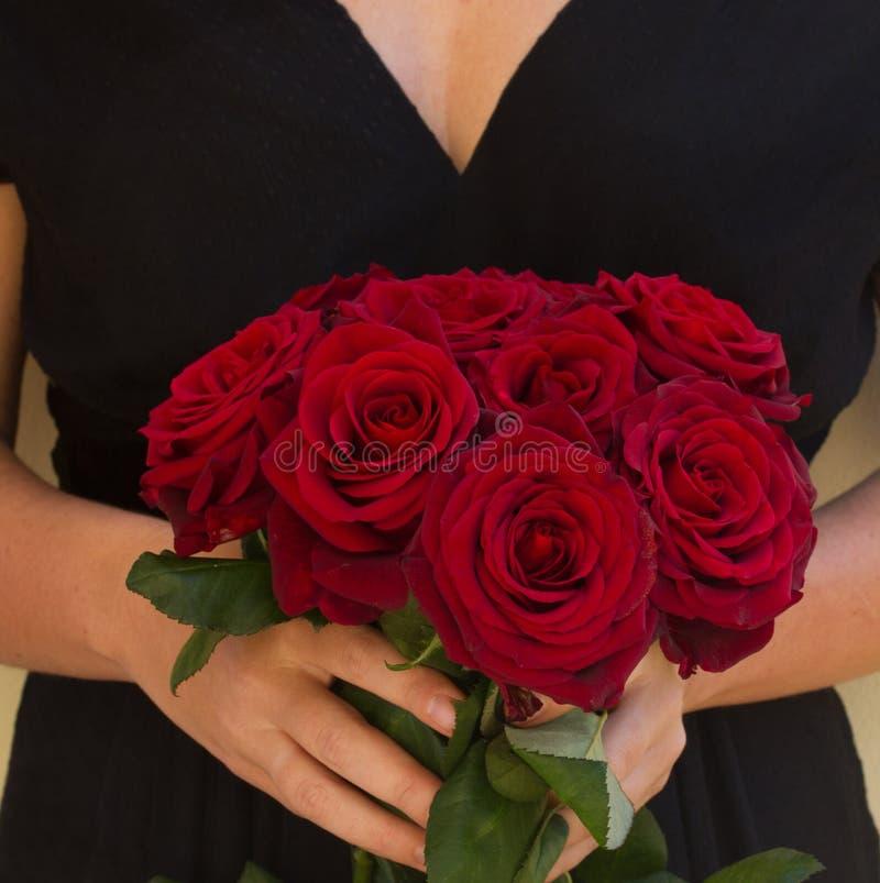 Mulher que guarda rosas fotos de stock