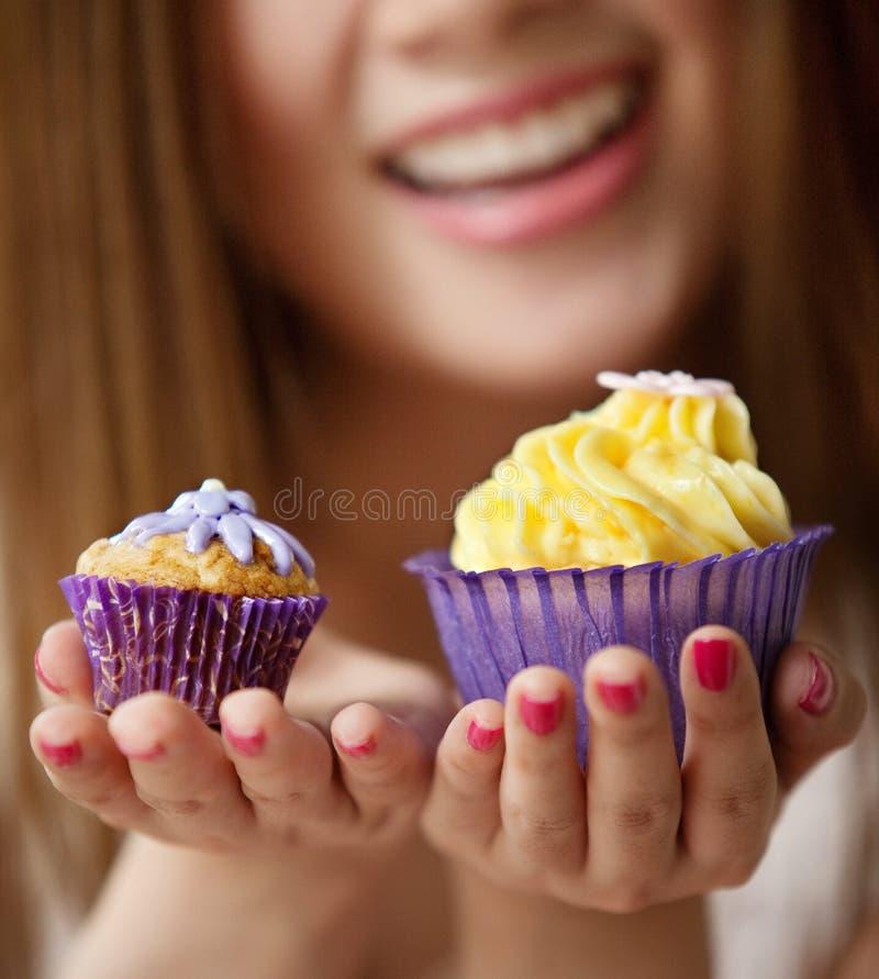 Mulher que guarda um bolo do copo imagem de stock royalty free