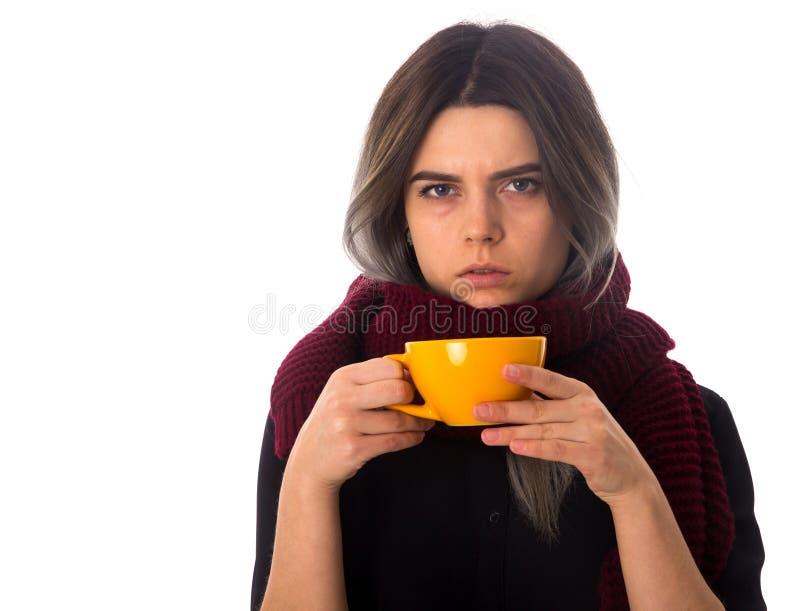 Mulher que guarda um copo amarelo foto de stock