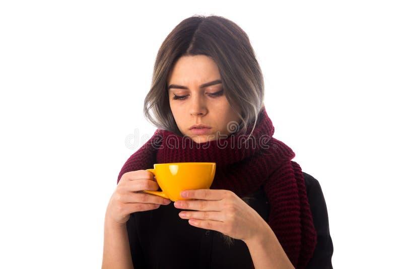 Mulher que guarda um copo amarelo foto de stock royalty free