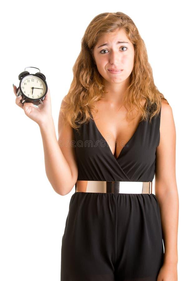 Mulher que guarda um despertador fotos de stock royalty free