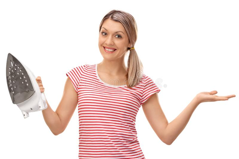 Mulher que guarda um ferro e um levantamento imagem de stock