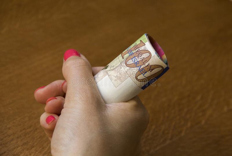 Mulher que guarda um grupo de cédulas novas israelitas de Sheqel foto de stock royalty free