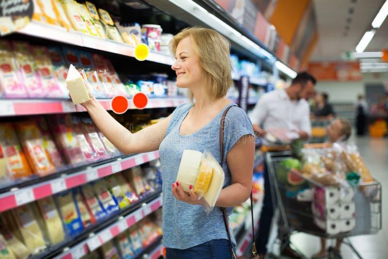 Mulher que guarda a variedade de queijo fotografia de stock