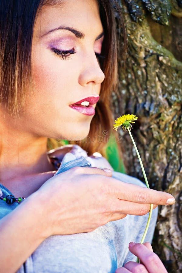 Mulher que guardara a flor amarela imagem de stock royalty free