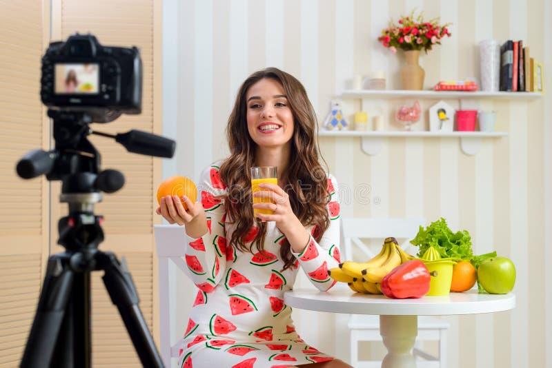 Mulher que guardara a laranja e o suco fotografia de stock