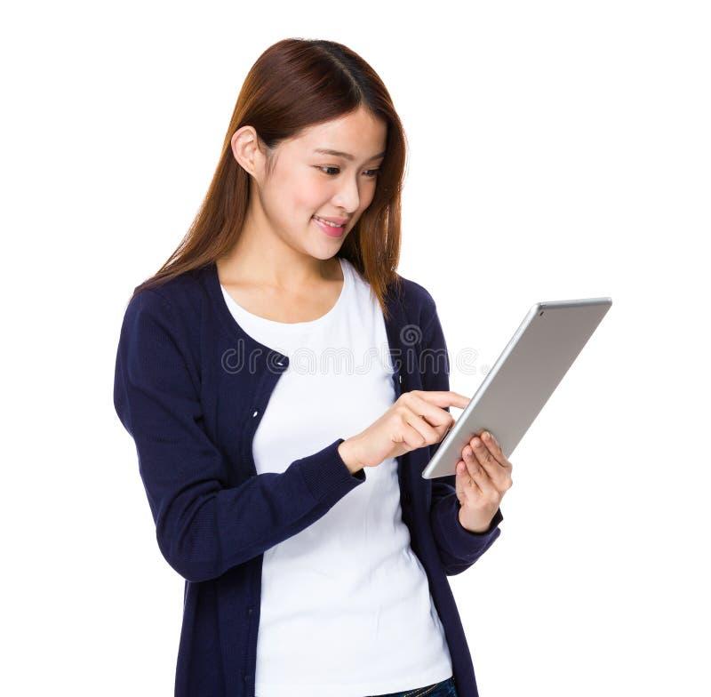 Mulher que guardara o computador da tabuleta fotografia de stock royalty free