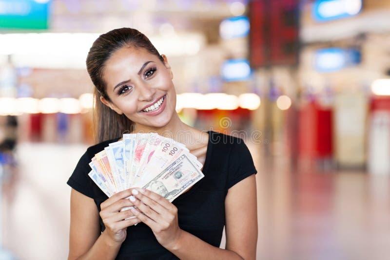 Mulher que guardara o dinheiro foto de stock royalty free
