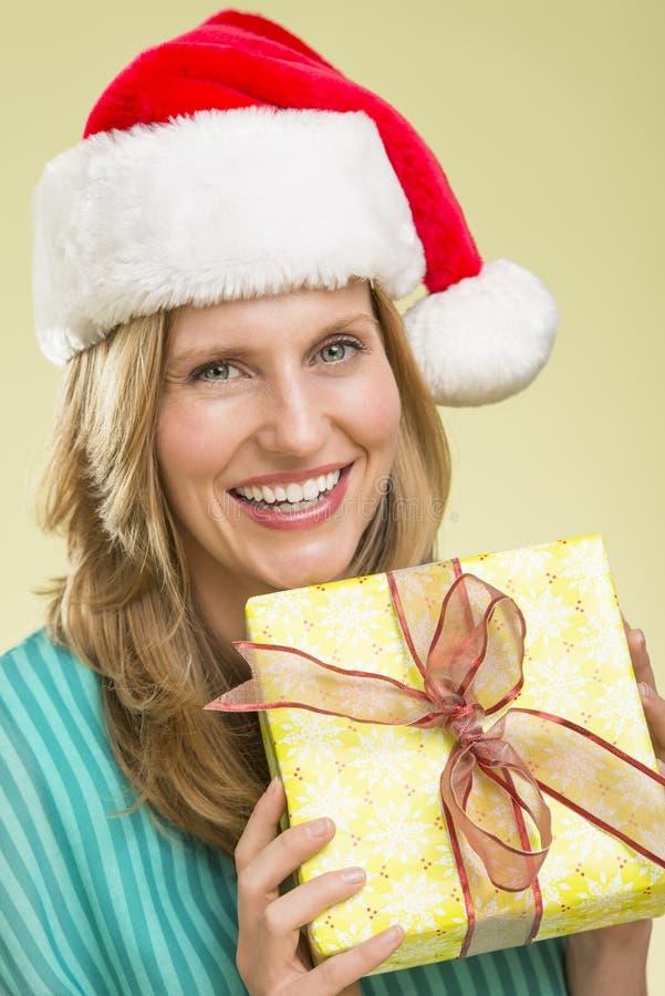 Mulher que guardara o presente de Natal imagem de stock