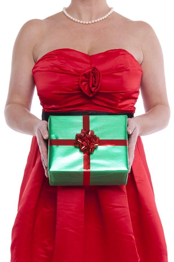 Mulher que guardara o presente envolvido presente. imagens de stock royalty free