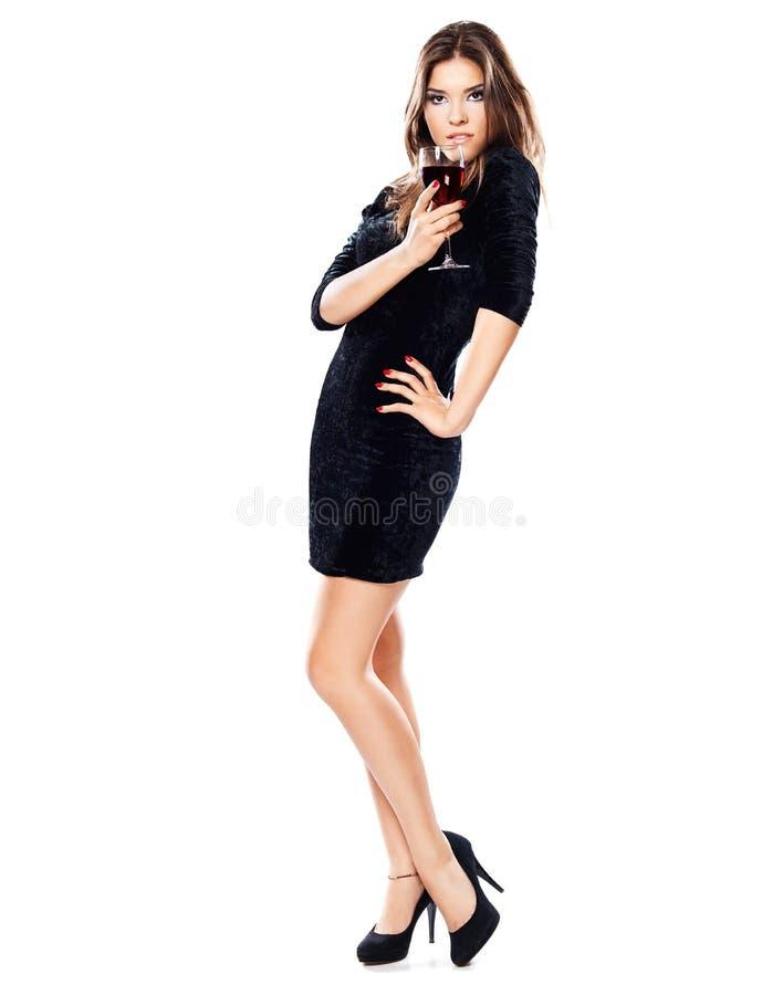 Mulher que guardara o vidro do vinho tinto foto de stock
