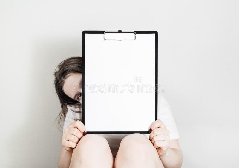 Mulher que guardara a prancheta fotos de stock