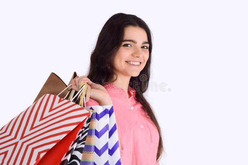 Mulher que guardara sacos de compras foto de stock royalty free