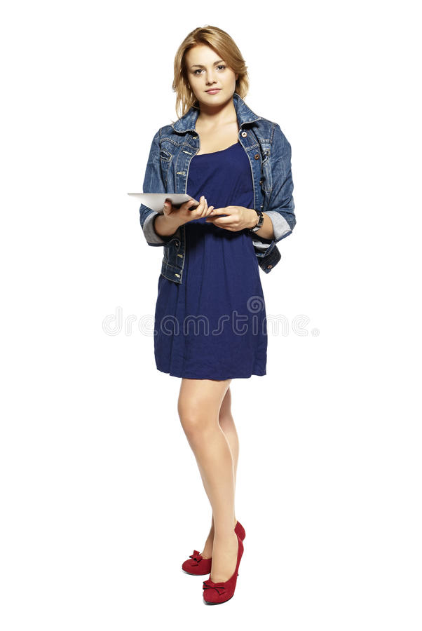 Mulher que guardara a tabuleta do touchpad foto de stock