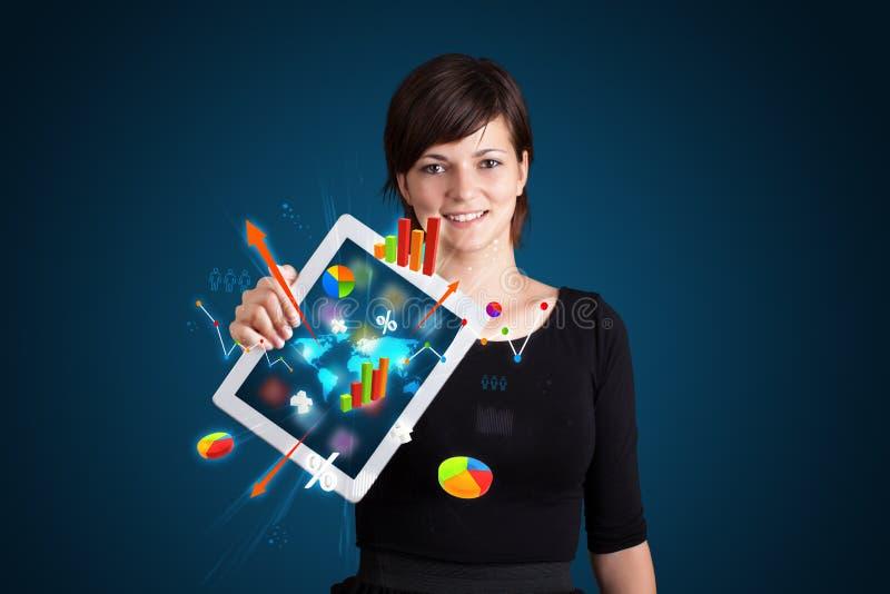 Mulher que guardara a tabuleta moderna com diagramas e gráficos coloridos imagens de stock royalty free