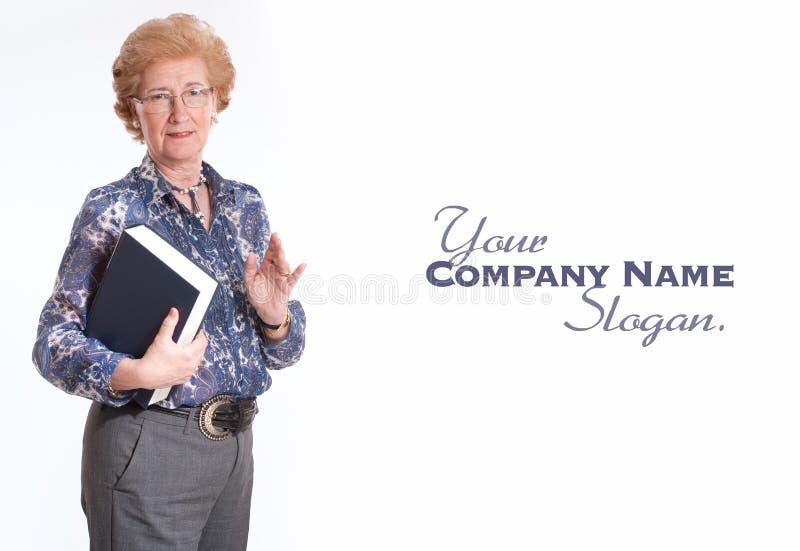 Mulher que guardara um livro fotografia de stock royalty free