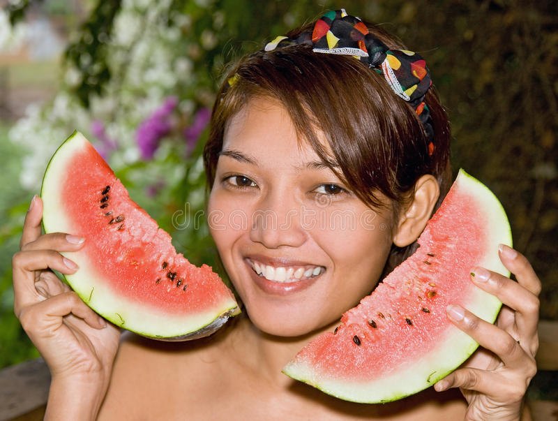 Mulher que guardara uma melancia fotos de stock