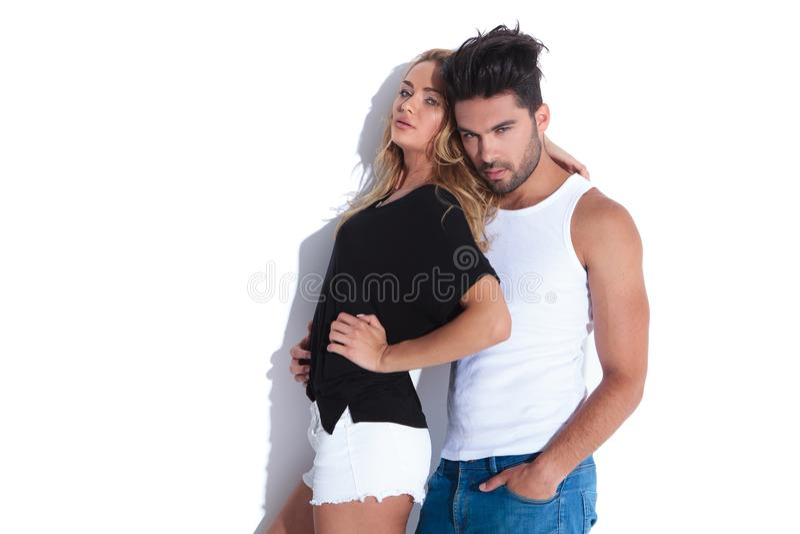 Mulher que inclina-se em seu homem imagens de stock