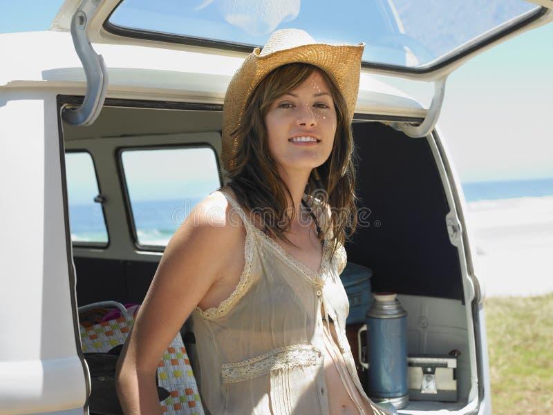 Mulher que inclina-se na bagageira aberta de Van imagens de stock