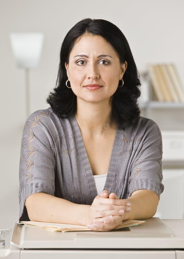 Mulher que inclina-se na fotocopiadora imagens de stock royalty free
