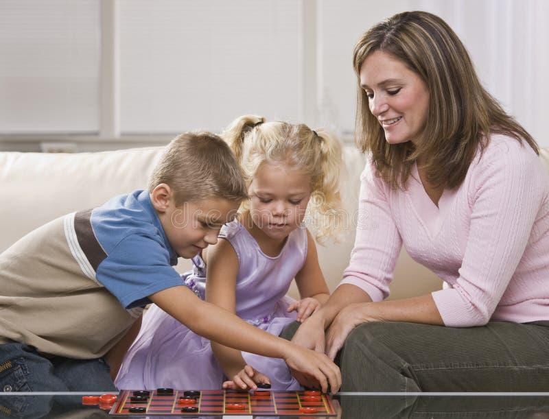 Mulher que joga com crianças fotos de stock royalty free