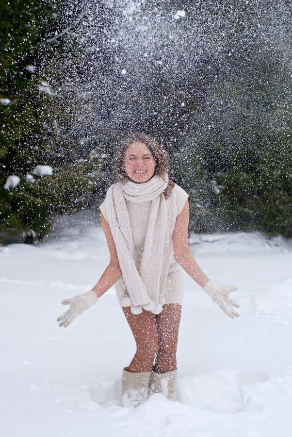 Mulher que joga com neve imagem de stock royalty free