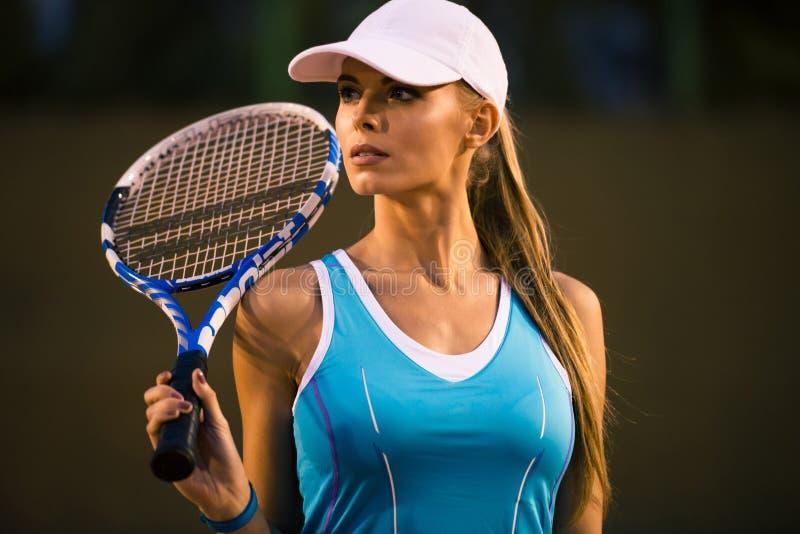 Mulher que joga no tênis imagem de stock