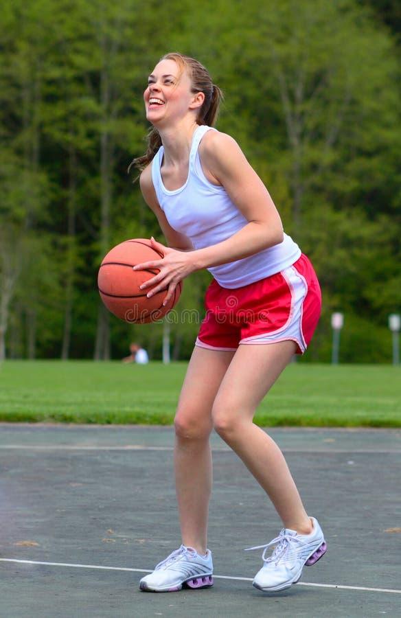 Mulher que joga o basquetebol fotos de stock