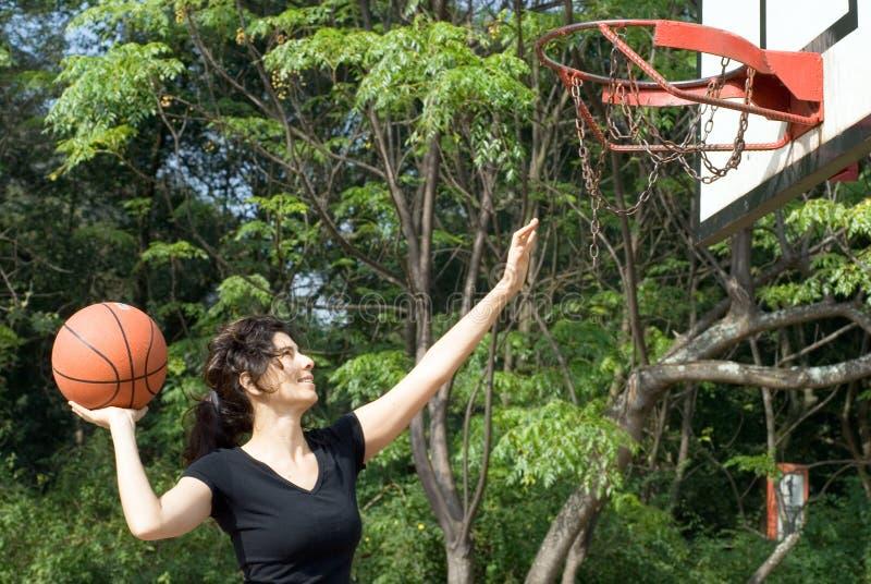 Mulher que joga o basquetebol na corte - horizontal fotos de stock