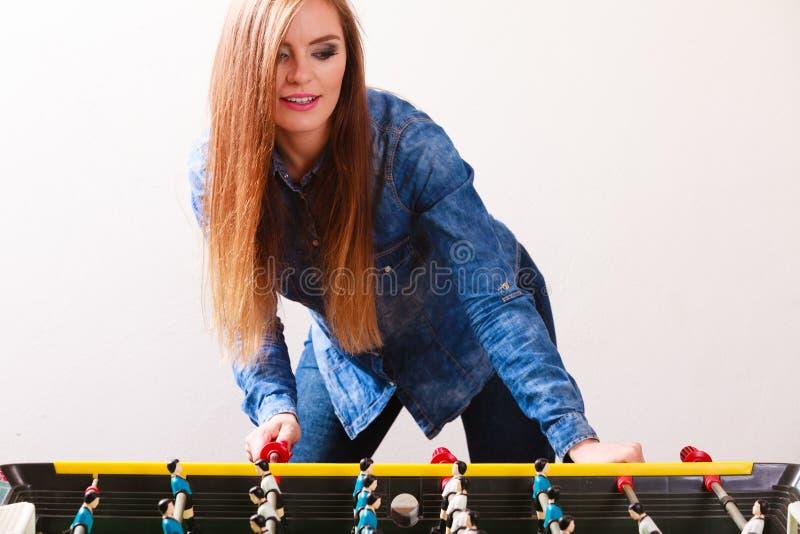 Mulher que joga o jogo de futebol da tabela imagem de stock