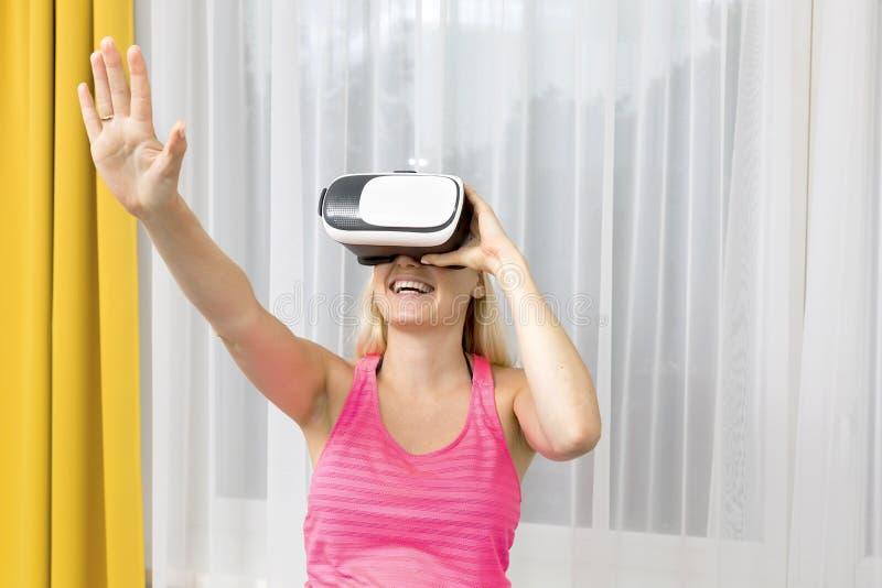 Mulher que joga o jogo em vidros da realidade virtual imagem de stock royalty free