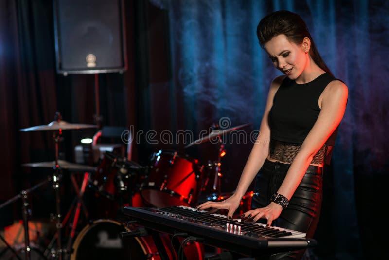 Mulher que joga o teclado na fase foto de stock royalty free